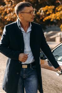 Можно ли носить мужское пальто с джинсами? - фото