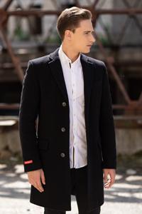 С чем носить черное мужское пальто? - фото